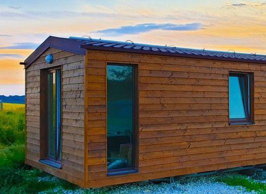 Celoročný mobilný dom so solárnymi panelmi