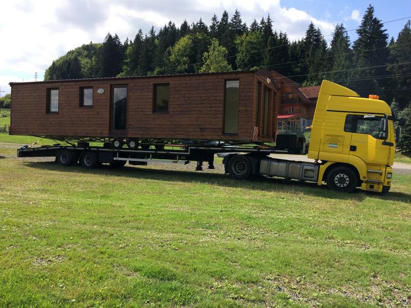 Doprava celoročných mobilných domov na pozemok.